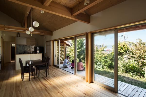 眺望を愉しむ長い家ー庭と一体になる平屋の住まい