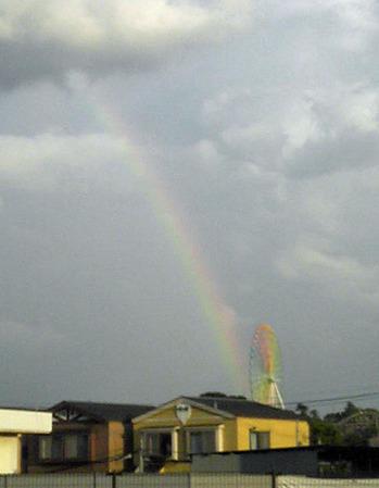 レインボーカラーの観覧車にかかった虹