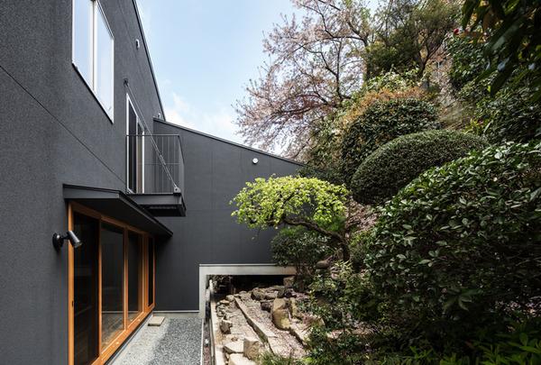 TA-HOUSE−大きな斜面の庭をもつ家−