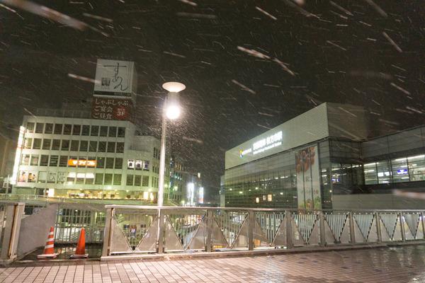枚方市駅の雪-16