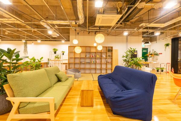 大阪・枚方市のコワーキングスペース ビィーゴのソファスペースと畳スペース