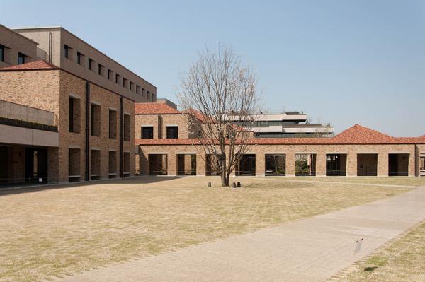関西外大中庭-1803298