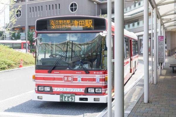 実写映画「BLEACH」にめっちゃ京阪バスに似てるデザインのバスが映ってる。虚に爆散されたりするバス
