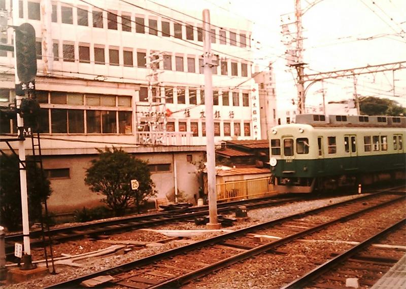 1983年の地上駅時代の枚方市駅からみた京阪電車 枚方フォト 枚方つ