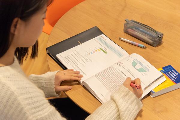 大阪・枚方市のコワーキングスペース ビィーゴで勉強する大学生