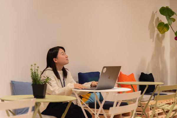 大阪・枚方市のコワーキングスペース ビィーゴで自習する大学生