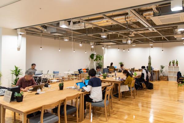 大阪・枚方市のコワーキングスペース ビィーゴのオープンスペースの日常風景