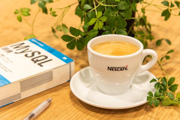 大阪・枚方市のコワーキングスペース ビィーゴのコーヒーと本
