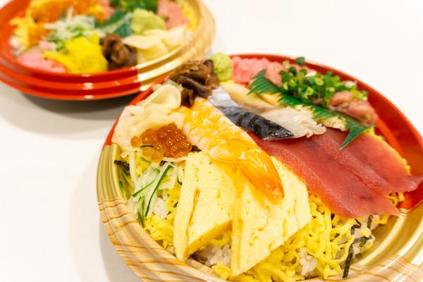 「江戸前びっくり寿司」のテイクアウト『日替わり海鮮7色丼』など(枚方市岡東町)【ひらつーグルメ】