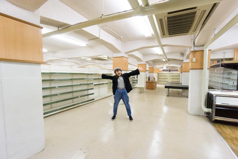 ガラ〜ンと広い、あのスーパーの...