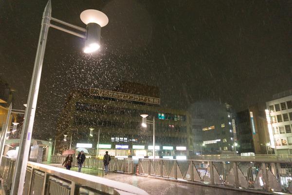 枚方市駅の雪-19