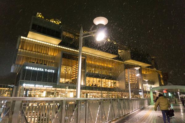 枚方市駅の雪-17