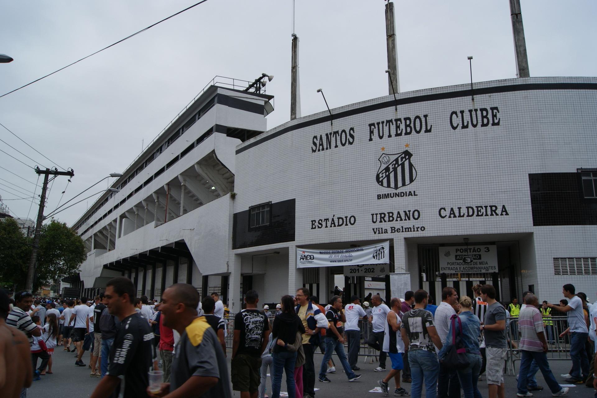 スタジアム正面 試合がある日のスタジアム周辺は、いつもこんな感じ(左...  沢田啓明のブラジル