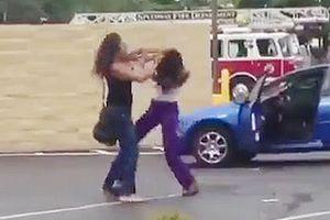 女性2人の激し喧嘩。髪の毛を引っ張り殴りまくる…