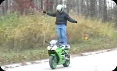 バイクの曲乗り失敗動画、画像