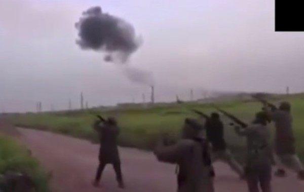 パラシュート降下中に撃たれるロシア兵