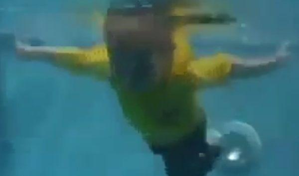 赤ちゃんは本能的に泳げる