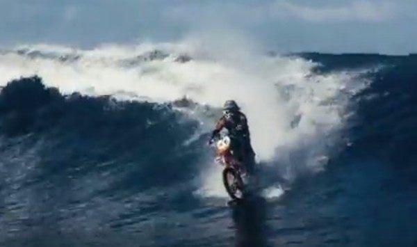 水上をバイクで走る動画