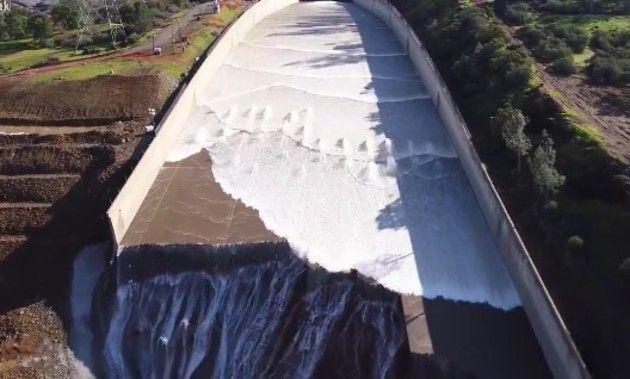 アメリカのダムの放水