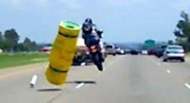 道路の落とし物で死にかけるバイク