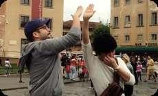 イタリア、ローマ、ピサの斜塔で手を上げる人へのハイ (1)