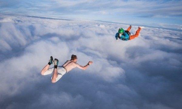 パラシュート無しでスカイダイビングをするスタントマン