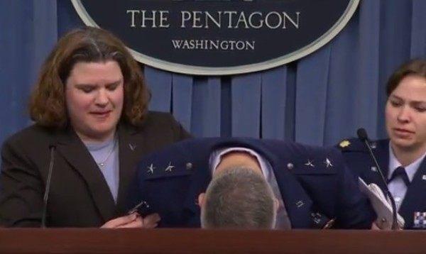 アメリカ空軍少将が立ったまま気絶