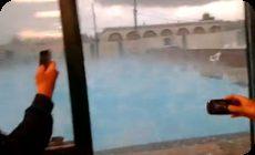 プールに降った雹