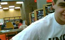 図書館でノリノリの黒人女性、動画、画像