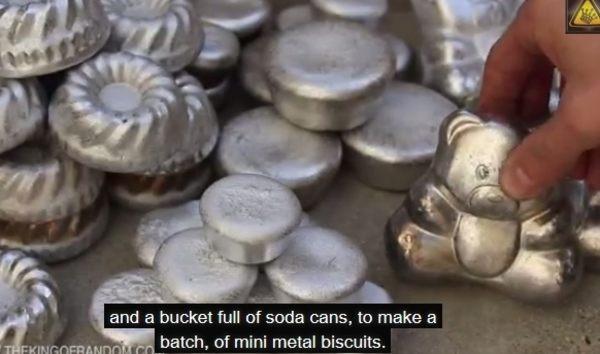 アルミ缶を溶かして型どり