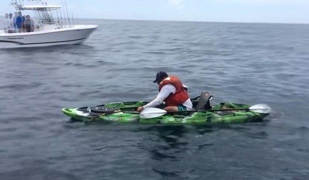 カヌーでデカいサメを釣った人