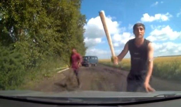 野球のバットを持ったロシアの盗賊