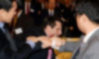 切りつけられたアメリカ大使の傷画像