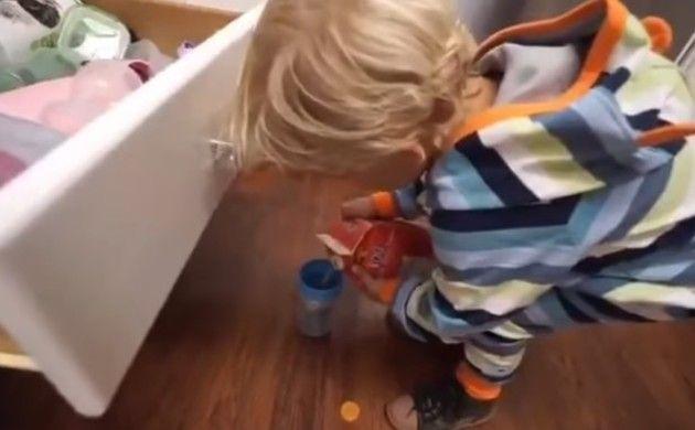 ジュースを運ぶ少年