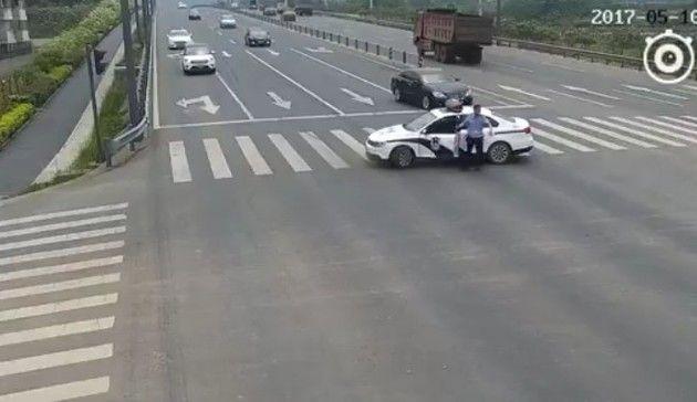 中国の警官がクルマを止めた理由
