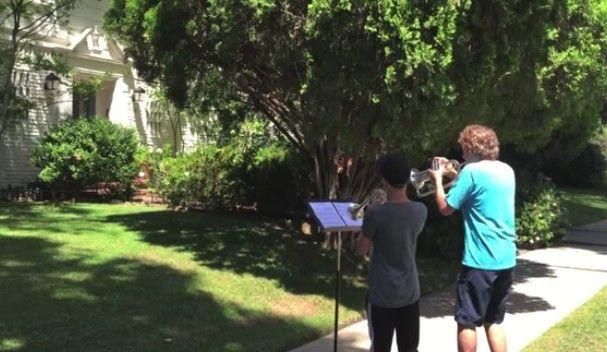 スターウォーズの作曲者の家の前で演奏