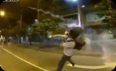 催涙弾を投げ返す猛者、香港
