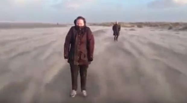 強風の浜辺