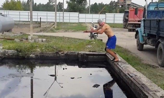 オイルの池に飛び込むロシア人