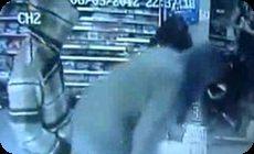 ガソリンスタンドに押し入る強盗団 (1)