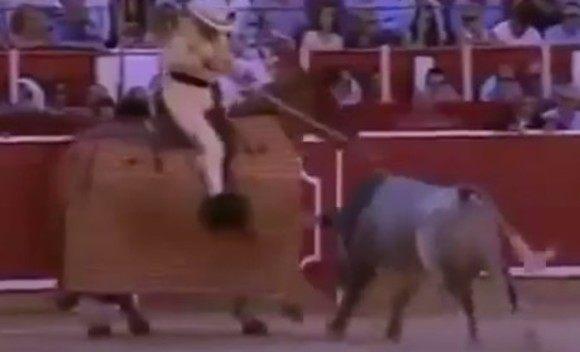 闘牛で良からぬところを刺される人