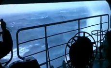 ロシアの空母が大波を被る