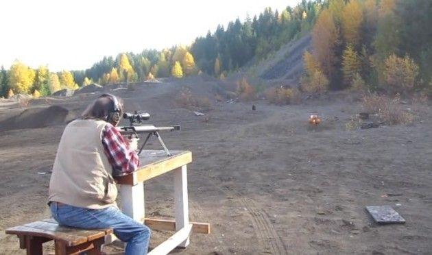 巨大なライフルでカボチャを撃った