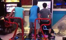 ゲーセンで音ゲーをするアジア3人組