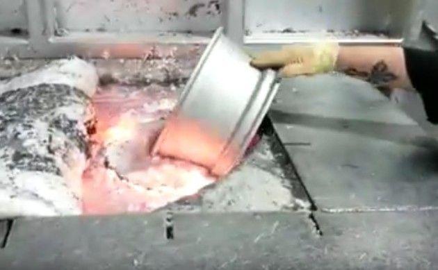 アルミのホイールを溶鉱炉へ入れる