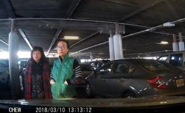 中国人が駐車場で。