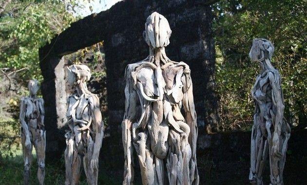 日本の芸術家、流木で人体模型