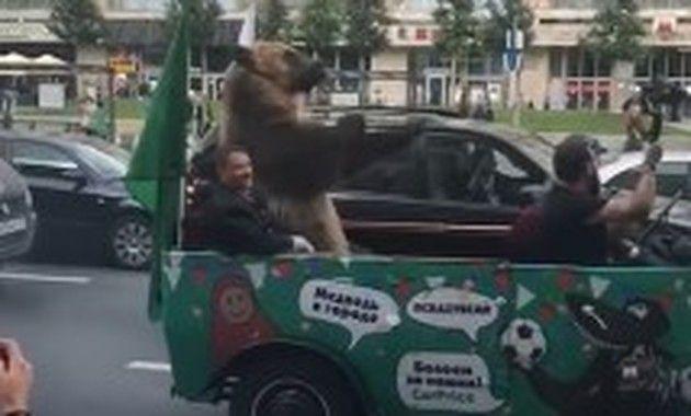 ロシアのパレードにクマが