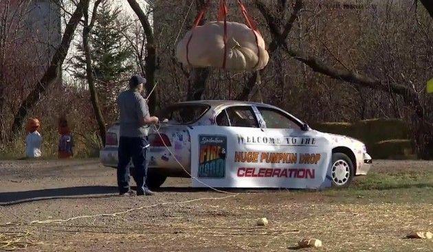 【動画】 巨大カボチャをクレーンで持ちあげ日産の車に落として破壊!!