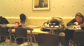 マクドナルドで寝る人たち